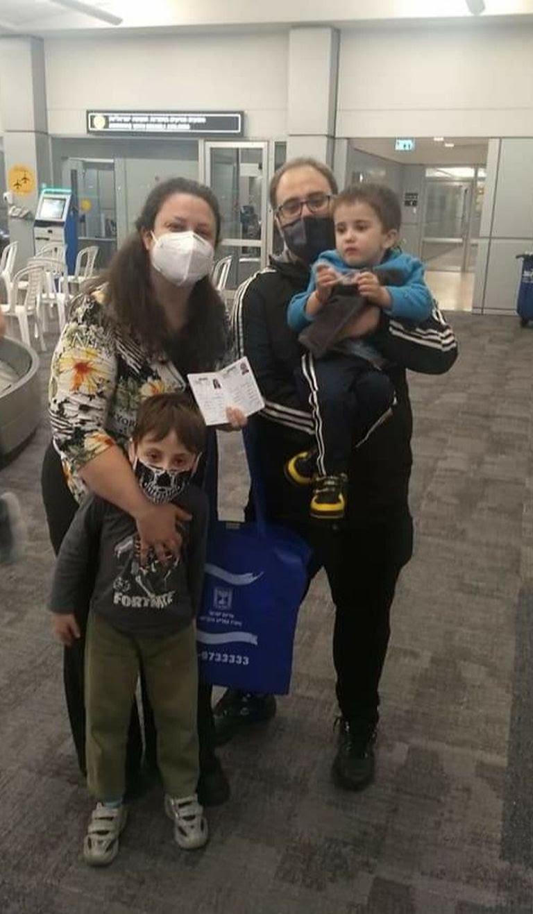 Paola y su familia en el aeropuerto de Israel